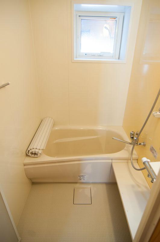 TOTO社製のユニットバスルーム。「エアインシャワー」を採用。従来のシャワーと比較して約35%(当該社比)の節水をしつつ、使い心地もいいということです。