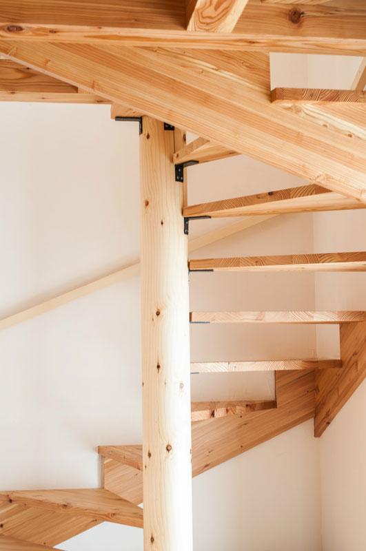 「かたくりの里とうべつ『空』」の特徴の一つにらせん階段があります。職人の技量が問われる緻密な手作業です。蹴込み板が貼っていないので螺旋状の階段の奥行きがそのまま見え、閉塞感のない開放的な空間になっています。