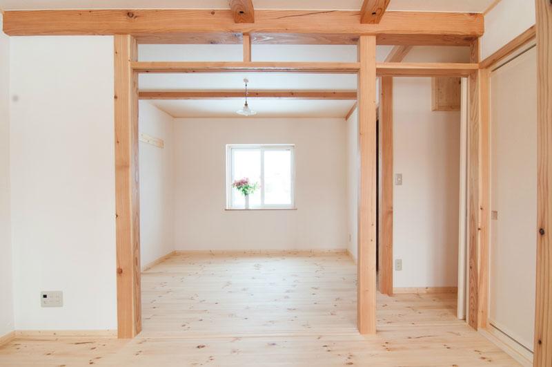 二階の南側から北側に向かって二部屋を見通した構図です。二枚のふすまを外すと広々とした空間が広がります。