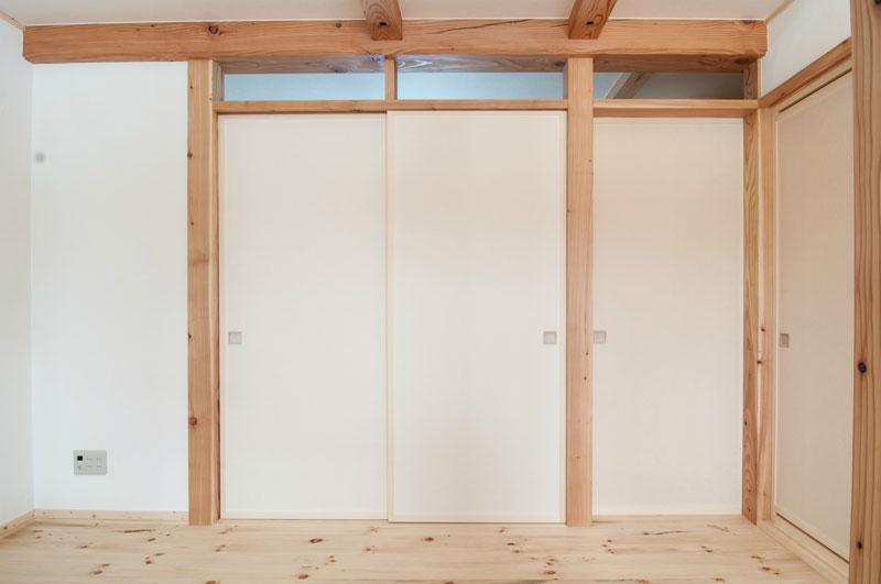 二階のふすまと天井には土佐産の和紙が貼ってあります。柔らかい感じの和紙と無垢の木の相性はとてもよく、おだやかな空間の演出をしてくれています。