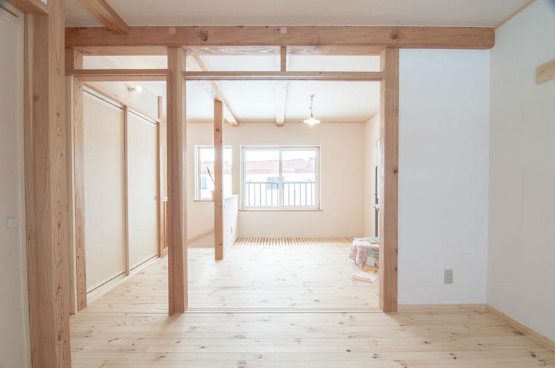 明るい茶色の光沢を放つカラマツの柱、梁。ストローブマツのやや白っぽく柔らかい床、帆立しっくいの淡いクリーム色の壁。職人の技が裏打ちされた日本家屋の伝統を感じます。
