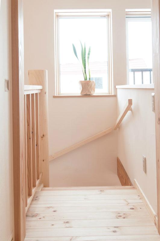 らせん階段には手すりがついているので安心・安全ですが、注意はいつも必要です。階段の上部に窓があるので室内はもとより足もとまで明るく見えます。