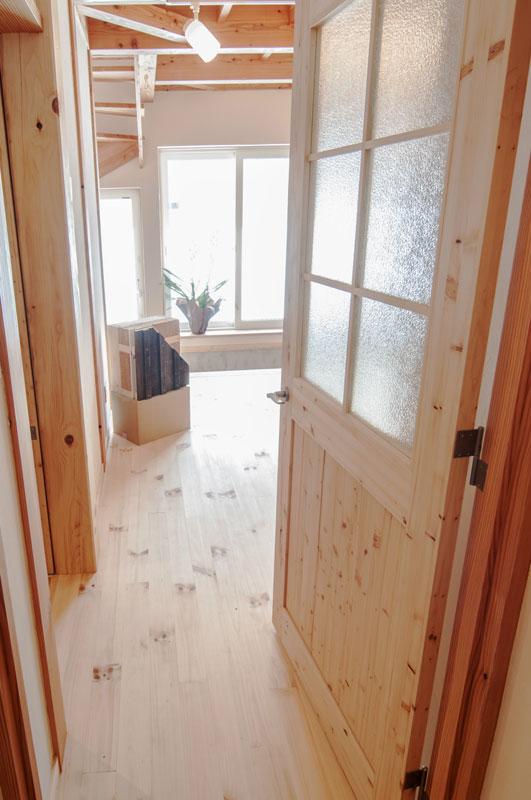 玄関からリビングルームへ抜けるドアはトドマツです。玄関に入ると樹の香りが漂います。