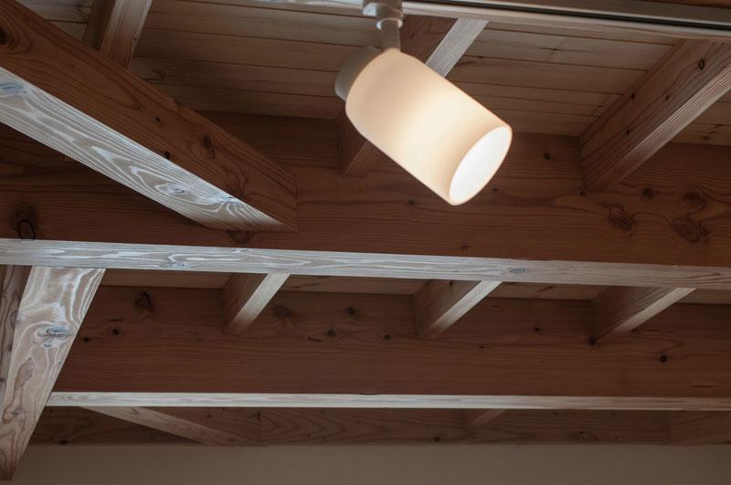 エコアパートの構造材はすべて北海道産の無垢のカラマツ、トドマツなどを使用しています。ドイツ・リボス社製の自然健康塗料をすべて手作業で二度塗りしています。一階の天井の板は二階の床板となっており、厚さ3㎝のストローブマツを使いました。柔らかい木肌なので、夏は素足でその感触を楽しんでいただきたいと思います。