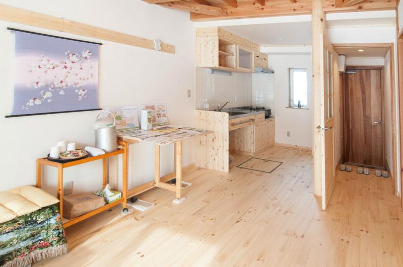 職人手作りの木製キッチン台や棚が鮮やかに目に映ります。こちらもリボスの二度塗りでキッチン全体が自然な明るさを放っています。