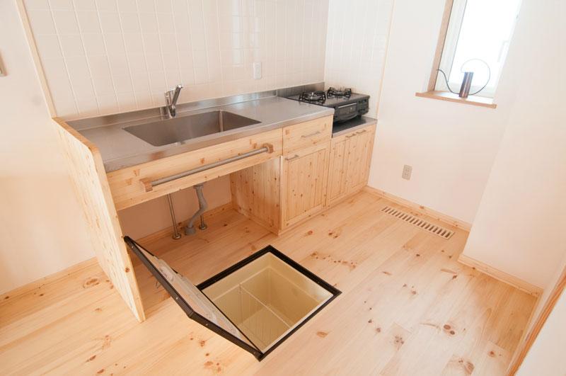 シンクの下の空間は分別ゴミ箱を置いたりさまざまな用途に対応できます。利用する方のアイディア次第で機能をより高めることができます。床下収納庫は一升瓶と立てて収納できる深さがあります。