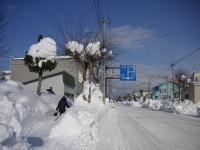 当別町の歩道と車道の間の雪の壁
