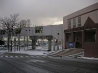 大学の玄関とJRに直結している空中通路