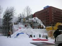 大通公園で雪像作成中