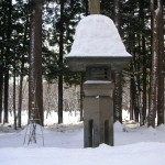 ずっしり雪を被った参道の燈籠