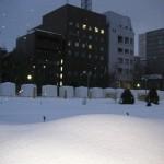 暮れなずむ大通公園の雪塊