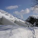 青空と美術館の雪の屋根