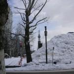 雪の塊とテレビ塔