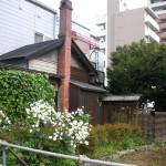レンガの煙突と枝折戸のある家