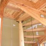 階段を支えるトドマツの柱