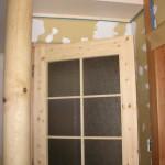 居間のトドマツの柱と扉