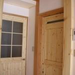 玄関へのドアとユーティリティへの引き戸(右)