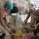 ⑤煮大豆を機械に入れミンチに