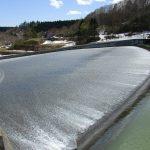 ダム湖から雪解水が