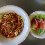 スパゲティとサラダ