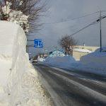 家の前の車道です